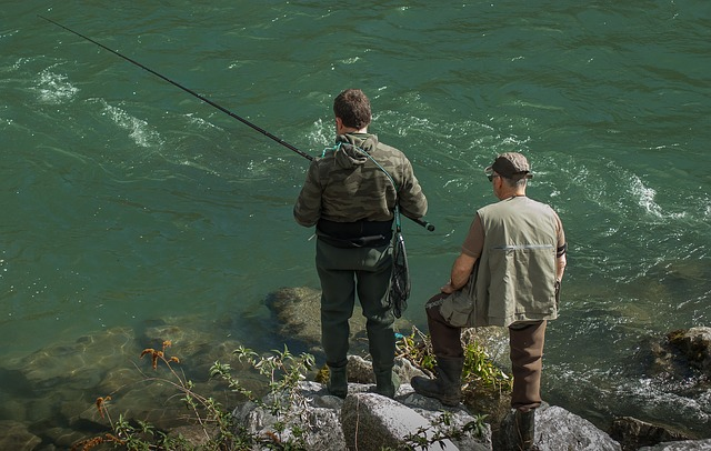 muži, řeka, rybaření
