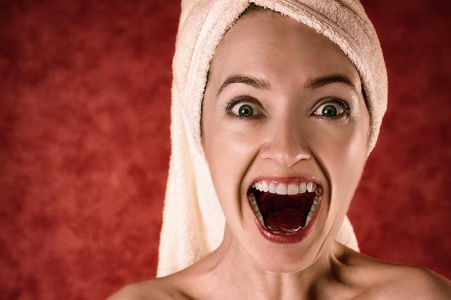 křik v ručníku